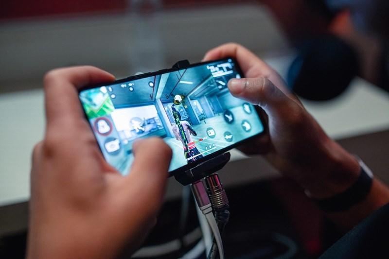 Jovem morre após choque enquanto jogava Free Fire com celular na tomada